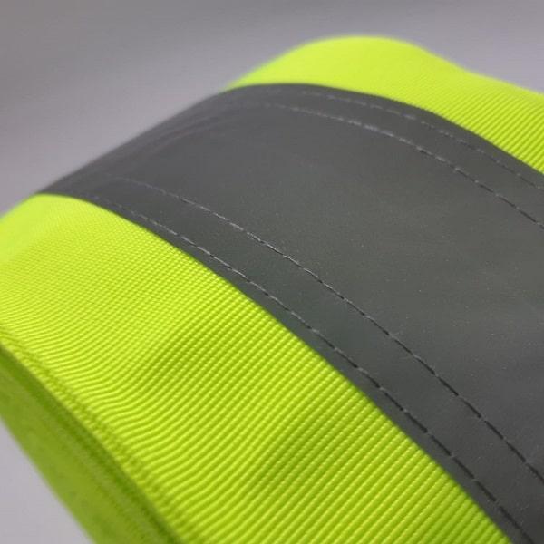 Detalhe da costura da faixa central refletiva costurada