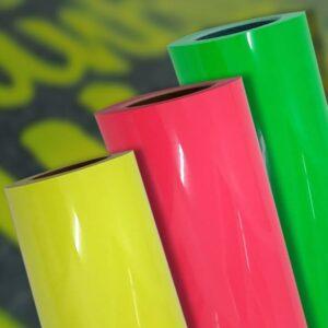 Três rolos de filme de recorte neon termotransferível nas cores amarelo, rosa e verde